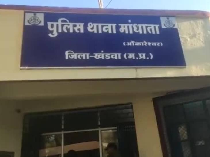 बाइक चोरी के आरोपी को पूछताछ के लिए थाना लाई थी पुलिस, 4 पुलिसकर्मी सस्पेंड; गृहमंत्री बोले- उसे सांस की बीमारी थी|खंडवा,Khandwa - Dainik Bhaskar