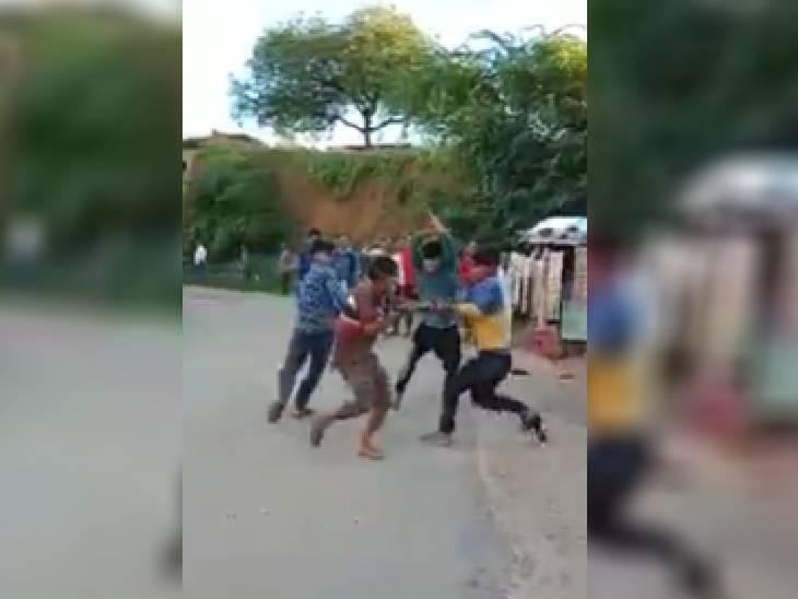 पेड़ की डाल काटने को लेकर दो भाइयों को घेरकर पीटा, वीडियो सामने आने पर SP ने लिया संज्ञान, 3 आरोपी गिरफ्तार रीवा,Rewa - Dainik Bhaskar