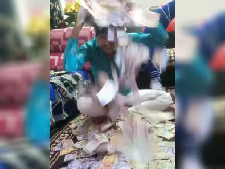 रुपए उड़ाता अभय।