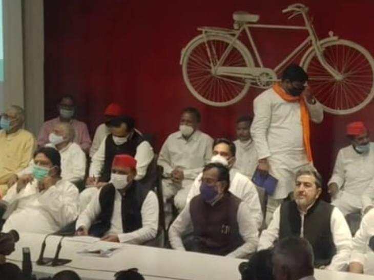 अखिलेश यादव की मौजूदगी में कई नेताओं ने पार्टी का दामन थामा।