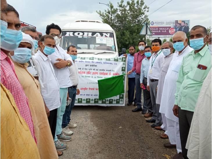 हरियाणा गए किसानों के दल को हरी झंडी दिखाकर रवाना किया गया है।