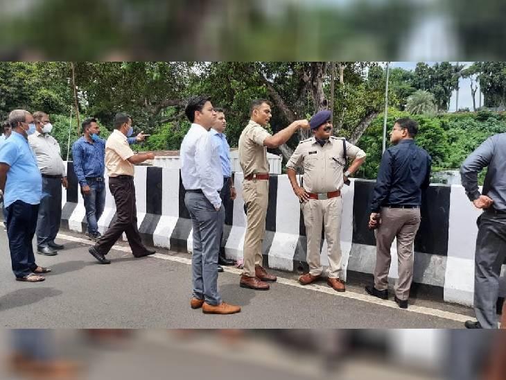 विसर्जन घाटों का निरीक्षण करने के दौरान कलेक्टर और डीआईजी ने संबंधित अधिकारियों को निर्देशित भी किया। - Dainik Bhaskar