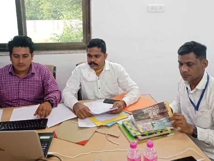 सेल्समैन अंकित ठाकुर व अरविंद सिंह के खिलाफ कार्रवाई करती लोकायुक्त की टीम।