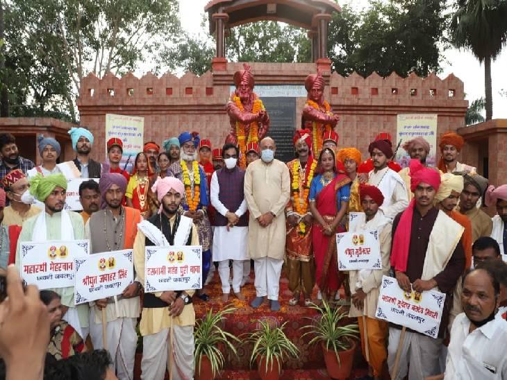 बलिदान स्मृति यात्रा में जीवंत दृश्यांकन करने वाले कलाकारों के साथ सांसद राकेश सिंह।