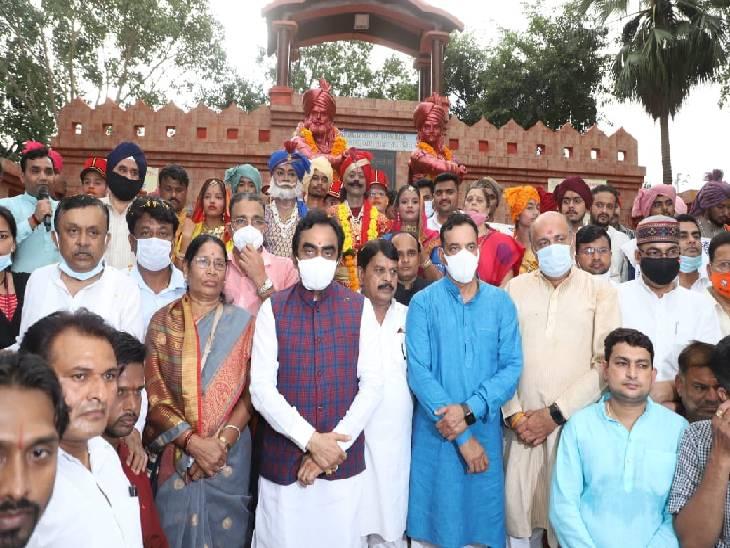बलिदान स्मृति यात्रा के बाद शहीद स्थल पर सांसद राकेश सिंह पार्टी विधायक व पदाधिकारियों के साथ।