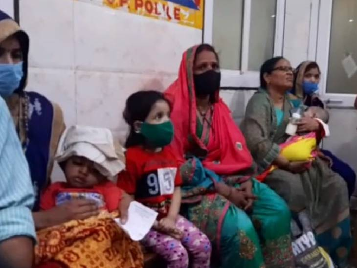 जिला अस्पताल में वायरल बुखार के 25 मरीज भर्ती, रोज आ रहे 150 बच्चे; डेंगू के 6 संदिग्ध मिले, सैफई भेजे गए सैंपल इटावा,Etawah - Dainik Bhaskar