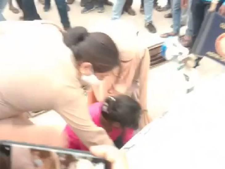 जिला अस्पताल की बदहाली से परेशान युवती आगरा कमिश्नर की गाड़ी के आगे लेटी, बोली- यहां नहीं है कोई व्यवस्था; डीएम समझाने में लगे|फिरोजाबाद,Firozabad - Dainik Bhaskar