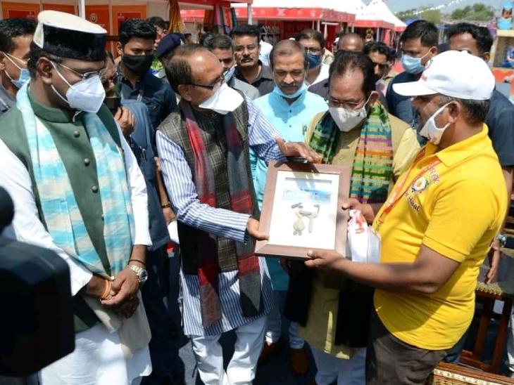 इस खास आर्ट के लिए प्रल्हाद को कई लोग सम्मानित कर चुके हैं। भोपाल में एक कार्यक्रम के दौरान MP के CM शिवराज सिंह के साथ प्रल्हाद।