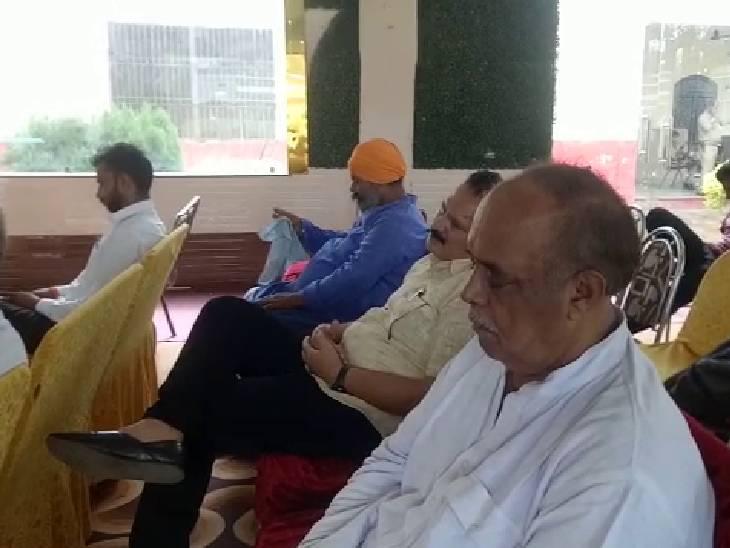 हॉल की ज्यादातार कुर्सियां खाली और श्रोता सोते दिखाई पड़े। - Dainik Bhaskar