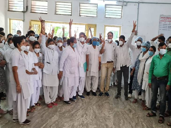 रीवा मेडिकल कॉलेज में क्लर्क का कार्य देख रहे स्टोरकीपर पर अभ्रदता का आरोप, न हटाए जाने पर नर्सों में आक्रोश, दी आंदोलन की चेतावनी|रीवा,Rewa - Dainik Bhaskar
