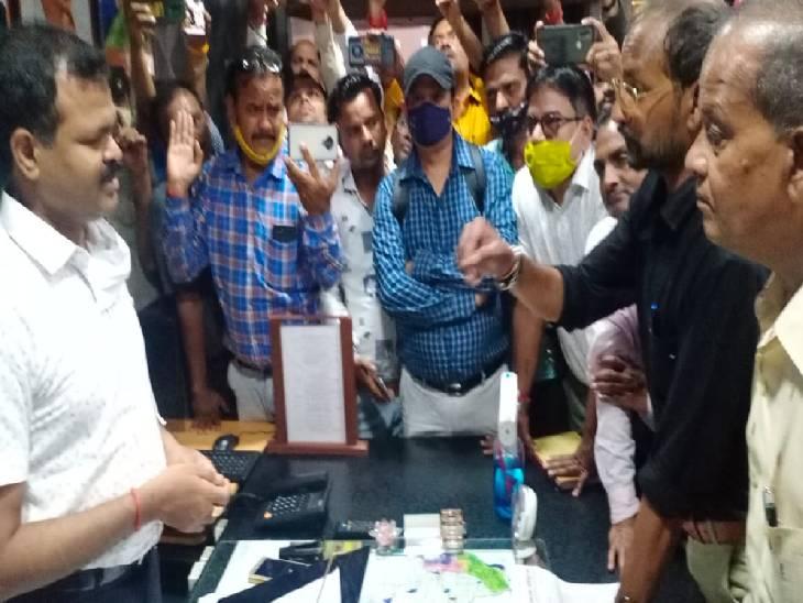 ललितपुर में छात्रों की पिटाई व पत्रकारों से अभद्रता के बाद हो रहा प्रदर्शन। - Dainik Bhaskar