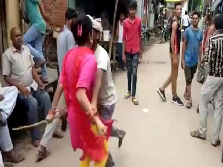 मोबाइल में बारकोड बनाने को लेकर पहले दोनों पक्षों में हुई कहासुनी, फिर युवतियों ने दुकानदार के साथ की मारपीट|कन्नौज,Kannauj - Dainik Bhaskar