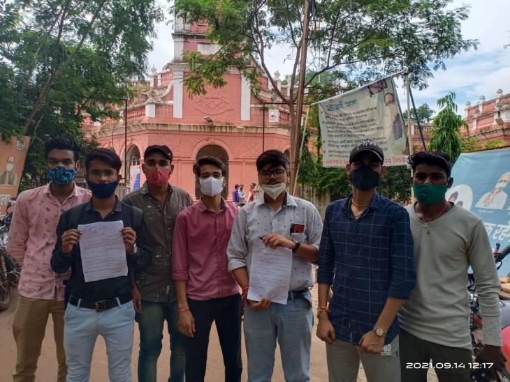 छात्रों ने पूछा- 10 महीने बाद भी नहीं आया रिजल्ट, जिम्मेदार बोले- उत्तर पुस्तिकाएं खो गईं|शिवपुरी,Shivpuri - Dainik Bhaskar