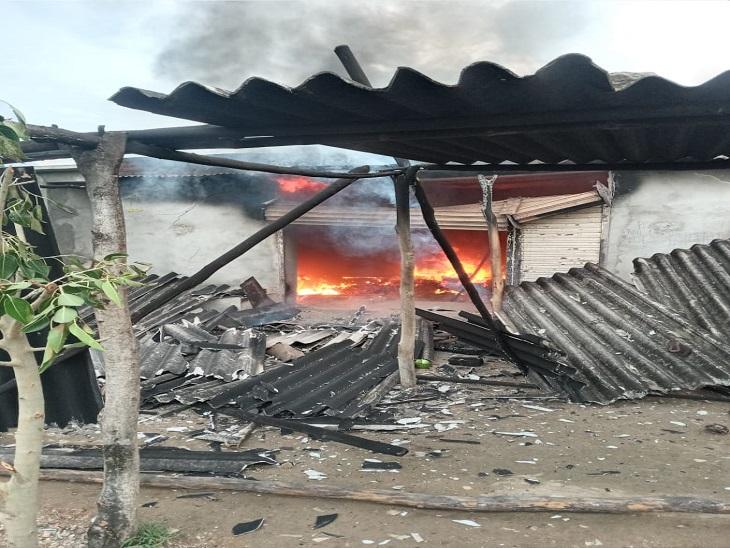 दुकान में पेट्रोल रखा होने से पूरी दुकान में फैली आग, कैश और किराणे का सामना सहित हजारों का हुआ नुकसान|उदयपुर,Udaipur - Dainik Bhaskar
