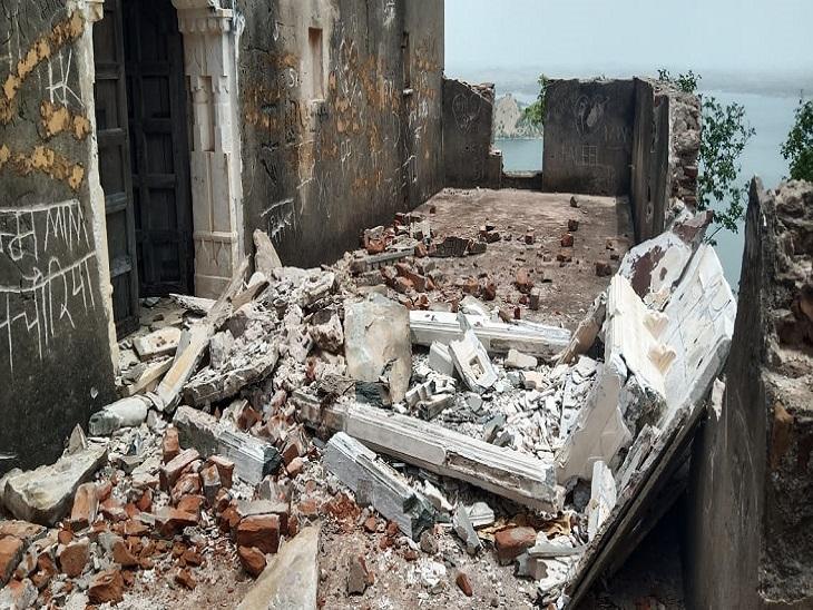 रूठी रानी महल का छज्जा गिरा, पर्यटक नहीं होने से बड़ा हादसा टला, जिम्मेदारों को सुध नहीं|उदयपुर,Udaipur - Dainik Bhaskar