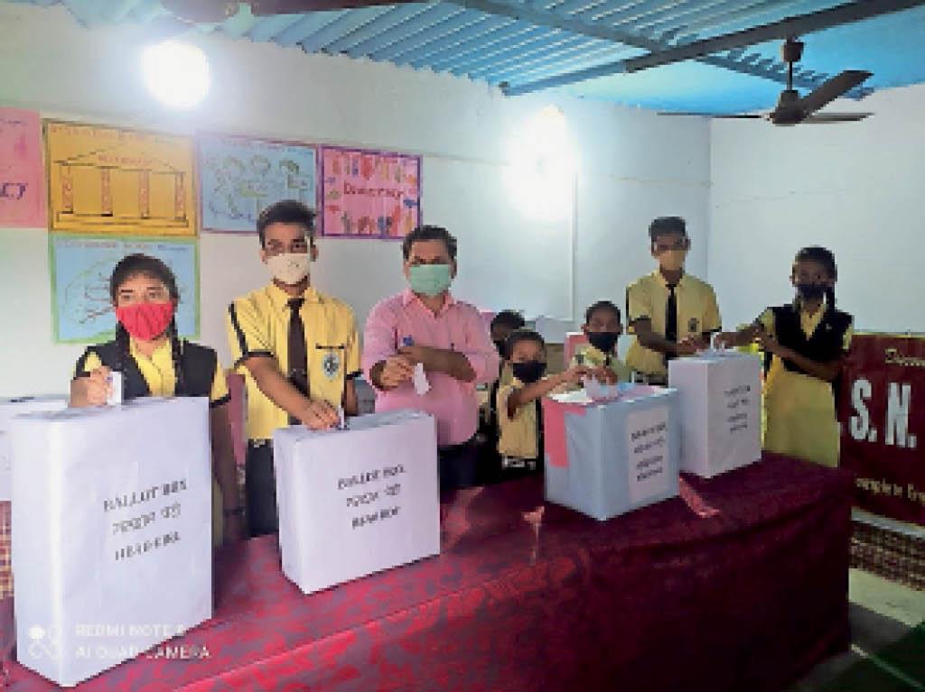 मतदान प्रक्रिया में शामिल छात्र-छात्राएं। - Dainik Bhaskar