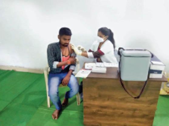 बालोद. बासीन केंद्र में टीका लगवाने के लिए पहुंचे युवक। - Dainik Bhaskar