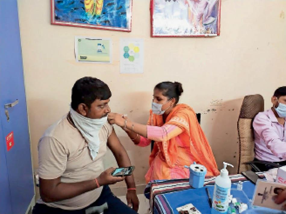 फतेहाबाद। लाभार्थी को कोरोना से बचाव का टीका लगाती स्वास्थ्यकर्मी। - Dainik Bhaskar