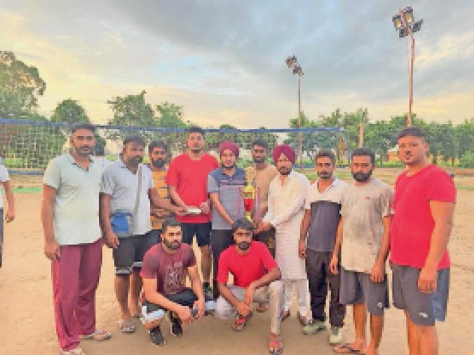 बलियाला। गांव भुंदड़वास में टूर्नामेंट की उपिजवेता टीम को सम्मानित करते हुए मुख्यअतिथि व क्लब सदस्य। - Dainik Bhaskar