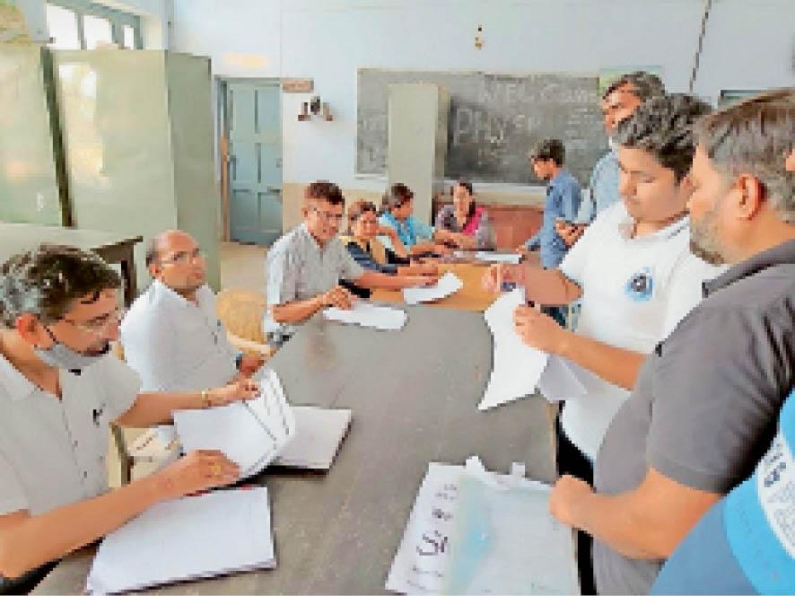 पीजी कॉलेज में डाक्यमेंट्स की जांच करते एडमिशन कमेटी के सदस्य । - Dainik Bhaskar