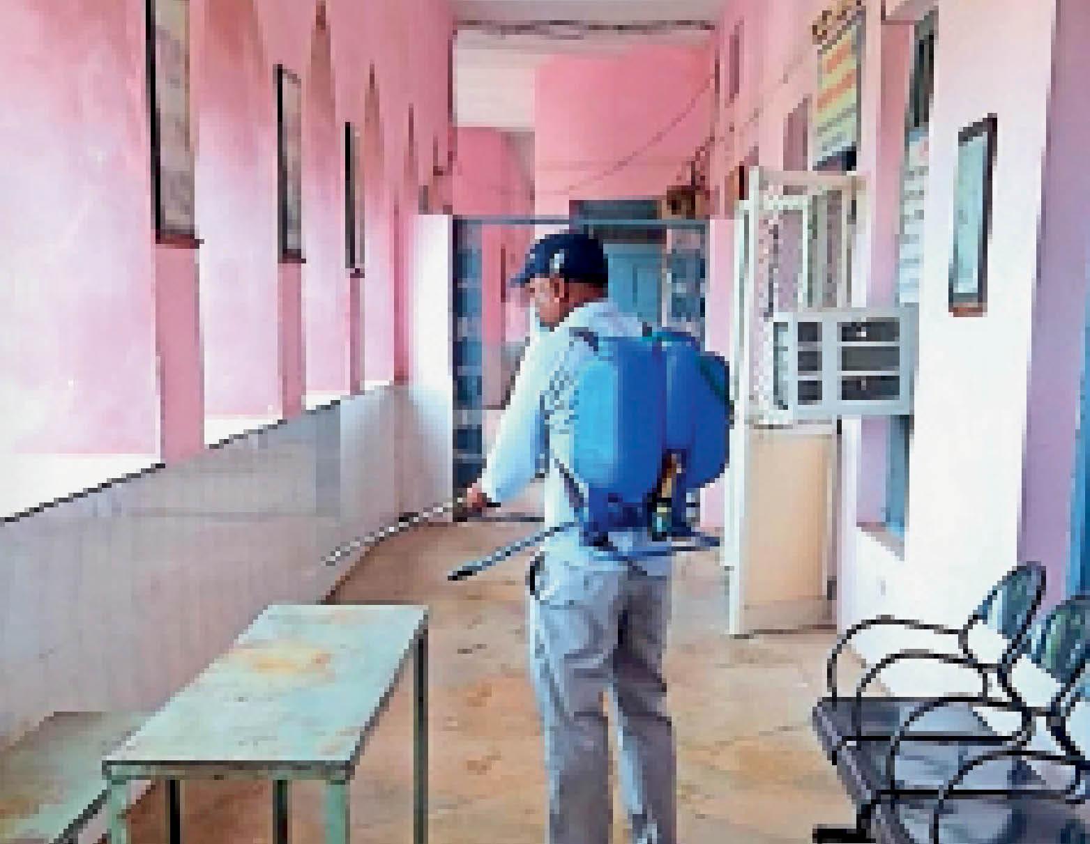 क्लास रूम को सैनिटाइज करते हुए। - Dainik Bhaskar