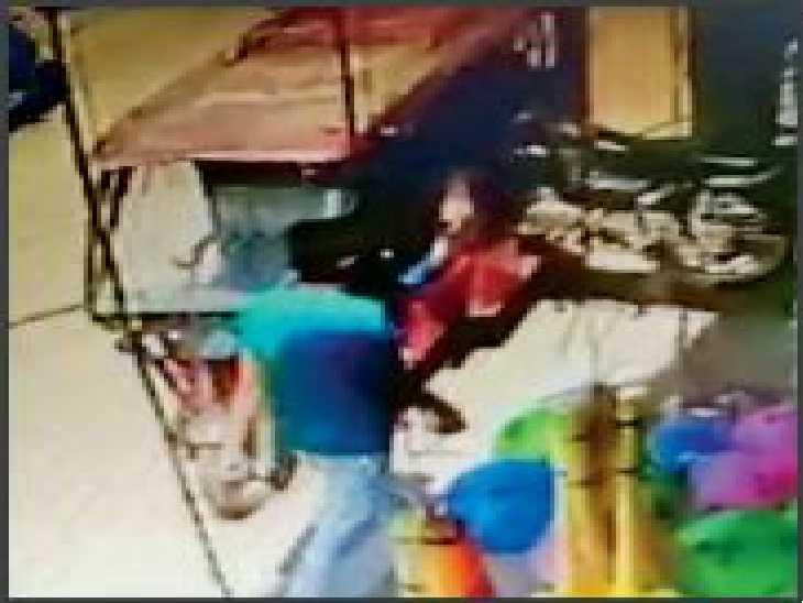 आरा रोड पर चोर ई-रिक्शा में मोटरसाइकिल लादकर ले जाने की कोशिश करता हुआ। पूरी वारदात सीसीटीवी में कैद हो गई। - Dainik Bhaskar