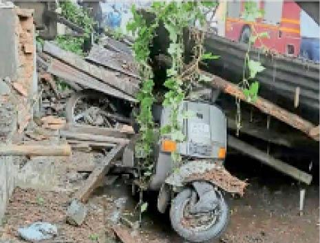 मोरा भागल में जर्जर इमारत धाराशायी, दीवार-गैलरी गिरी, पांच बाइक दब गईं|गुजरात,Gujarat - Dainik Bhaskar