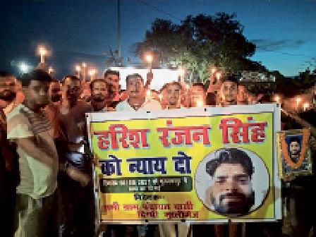 कैंडल मार्च निकाल दोषियों के खिलाफ कार्रवाई की मांग करते ग्रामीण। - Dainik Bhaskar