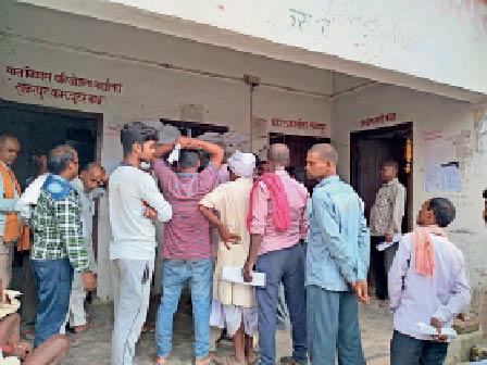 मंगलवार को एनआर कटाने के लिए लगी लोगों की भीड़। - Dainik Bhaskar