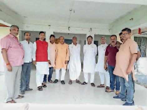 राघोपुर में संवाद यात्रा कार्यक्रम का जायजा लेते जदयू नेता। - Dainik Bhaskar