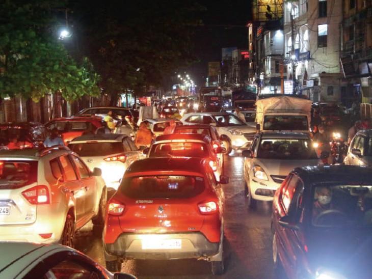 इधर ट्रैफिक रुका, उधर अंडरग्राउंड नाले भी चोक; सड़कों पर उमड़े नाले, एक घंटे तक पूरा शहर फंसा रायपुर,Raipur - Dainik Bhaskar