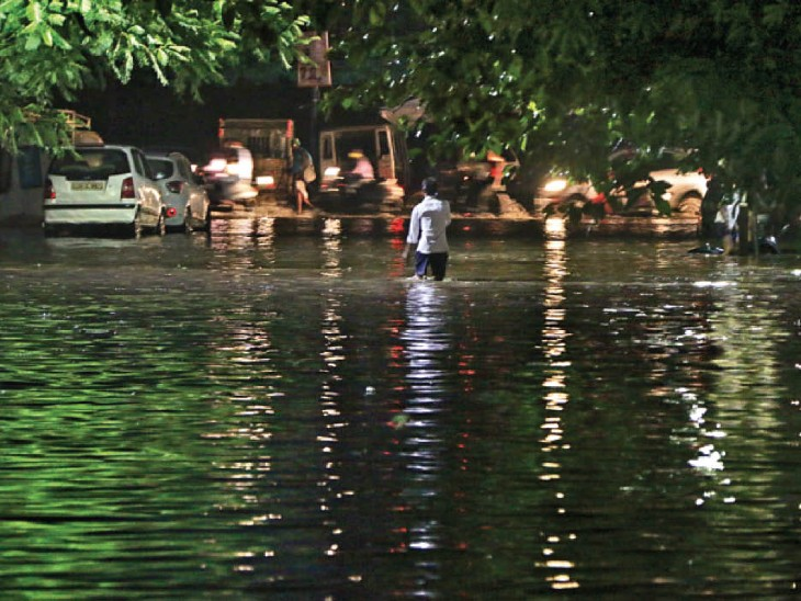 रायपुर में एक घंटे में ही 4 सेंमी गिरा पानी, सड़कें व गलियां डूबीं; इस माह 13 दिन में 15% ज्यादा वर्षा, अब 11% की ही कमी|रायपुर,Raipur - Dainik Bhaskar