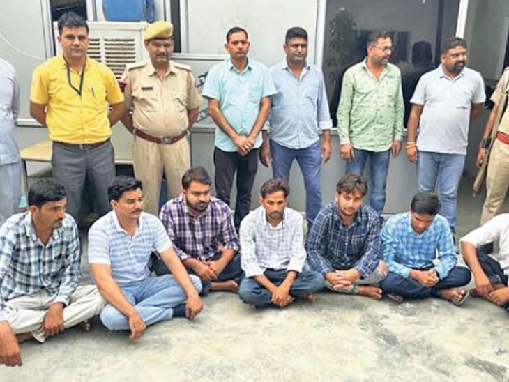 कब्जे से 7 मोबाइल, दो कार व एक लाख रुपए जब्त किए गए हैं। - Dainik Bhaskar