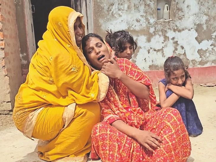 सुढ़नी गांव में युवक की मौत को लेकर रोते बिलखते परिजन। - Dainik Bhaskar