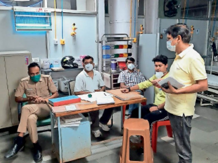 इमरजेंसी मेडिकल अफसर सोते मिले, कई जगह ऑॅफिसर मोबाइल पर थे व्यस्त, ऑक्सीजन प्लांट के पास चल रही थी शराब|चंडीगढ़,Chandigarh - Dainik Bhaskar