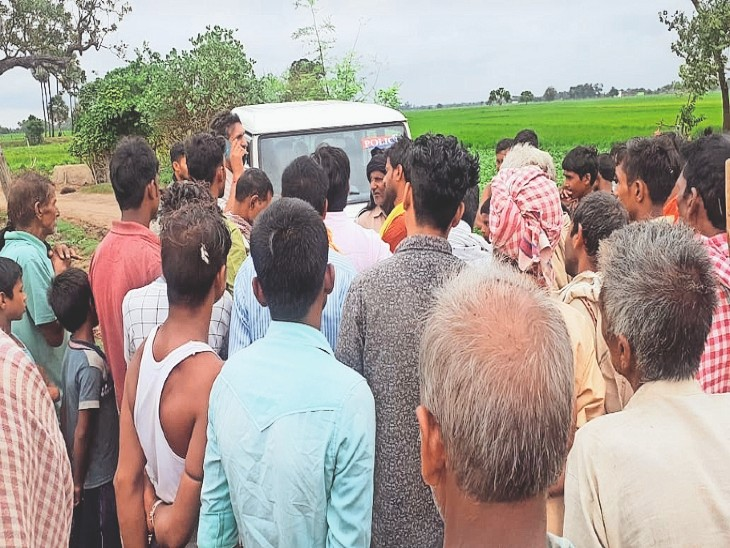 आहर में बच्ची की डूबने की सूचना के बाद घटनास्थल पर लगी लोगों की भीड़। - Dainik Bhaskar