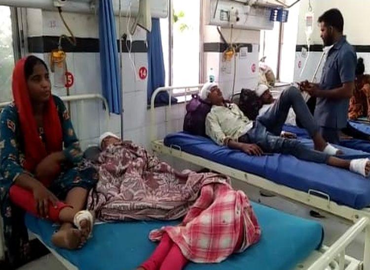 बांगड़ अस्पताल में भर्ती घायल। - Dainik Bhaskar