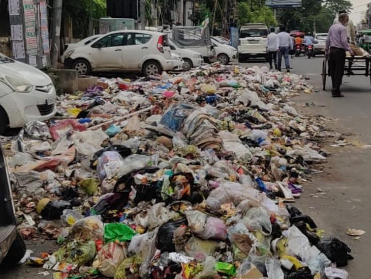 शहर में सड़क पर कचरा का अंबार।