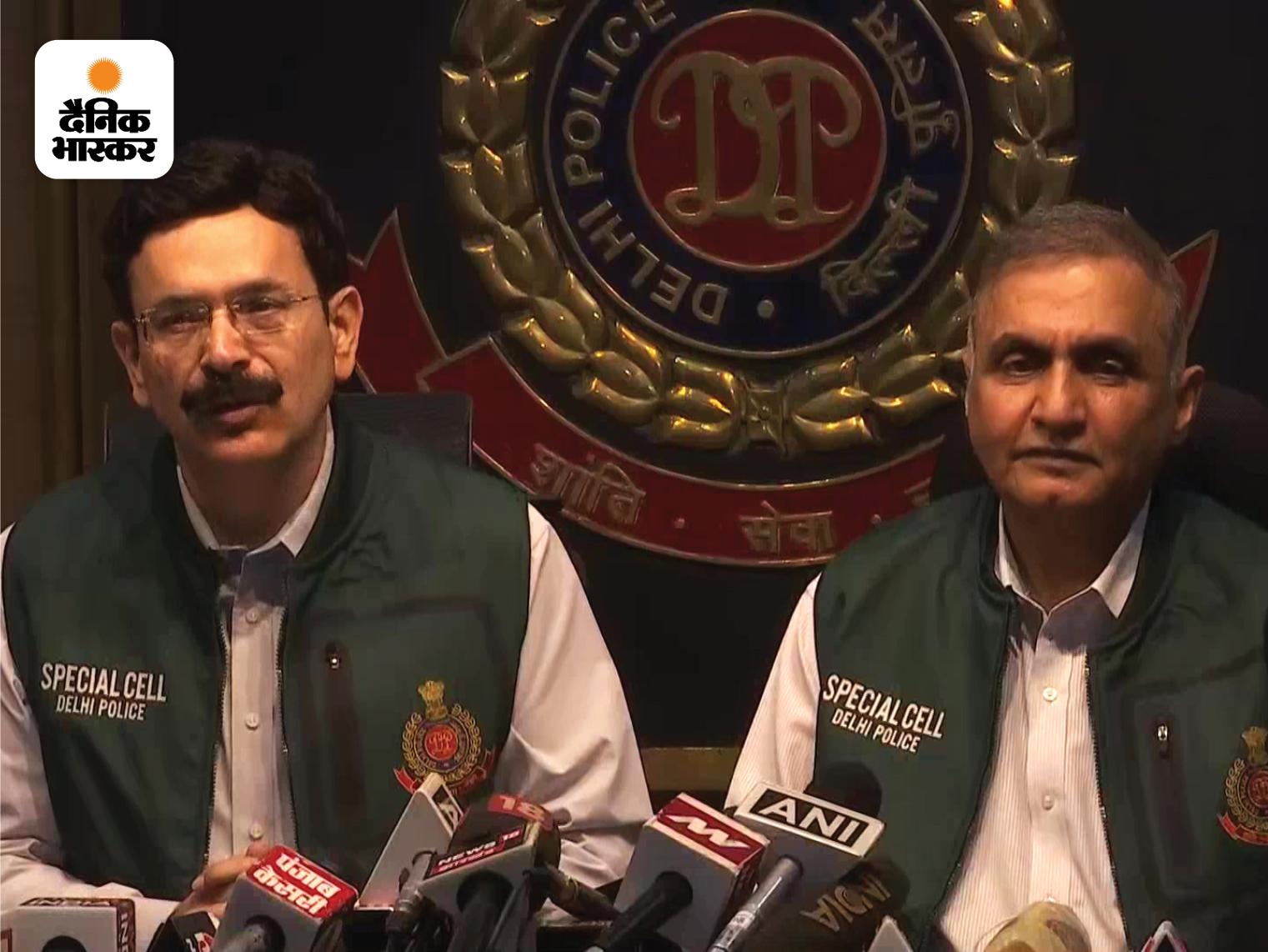 आतंकियों के बारे में जानकारी देते हुए दिल्ली पुलिस के स्पेशल कमिश्नर नीरज ठाकुर (बाएं)।