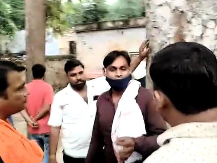 स्थानीय ठेकेदार नंद किशोर से कहासुनी करते हुए। - Dainik Bhaskar