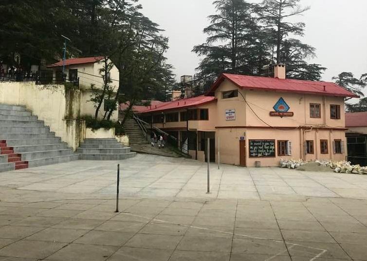 कोरोना के मद्देनजर शिमला का पोर्टमोर स्कूल बंद होने के कारण पड़ा सूना।