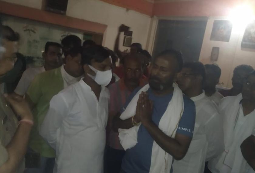 सपा नेता के सुसाइड के बाद होटल के बाहर पुलिस से बातचीत करते परिजन