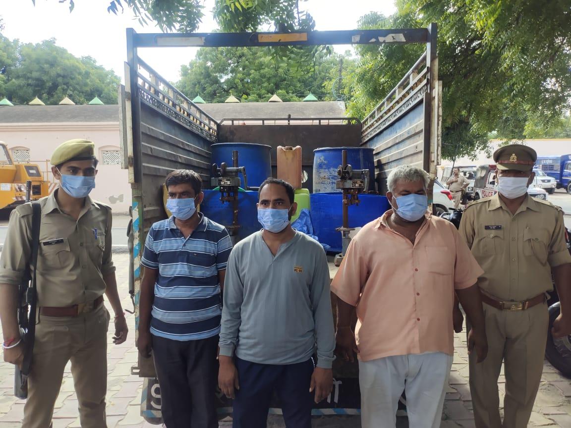 आगरा में थाना इरादतनगर क्षेत्र में एक मैरिज होम में चल रही थी नकली शराब की फैक्ट्री, तीन दबोचे गए। - Dainik Bhaskar