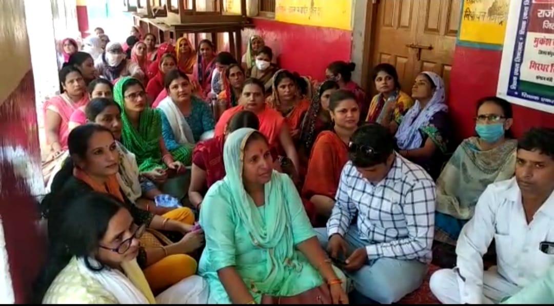 माँगों को लेकर गोवर्द्धन में बीआरसी कार्यालय पर दिया एक दिवसीय धरना, ब्लॉक स्तर के शिक्षक , आंगनबाड़ी कार्यकर्ता रहे धरने में मौजूद|मथुरा,Mathura - Dainik Bhaskar