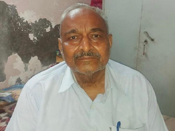 रिटायर्ड टीचर सत्यनारायण गुप्ता अपने साथ हुई वारदात के बारे में बताते हुए। - Dainik Bhaskar