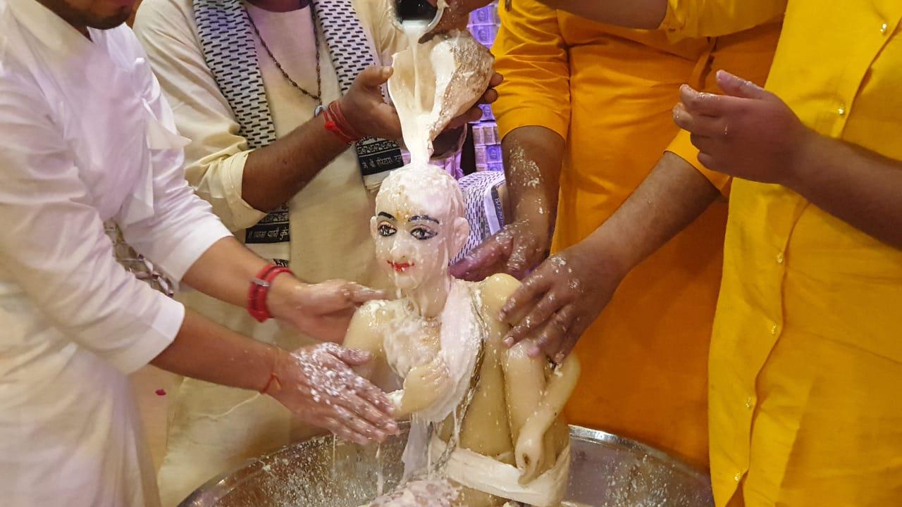 निधिवन में पंचामृत से अभिषेक के बाद लगा छप्पन भोग, गाए गए मंगल बधाई गीत; कुंज बिहारी के जयकारों से गूंज उठा मंदिर परिसर|मथुरा,Mathura - Dainik Bhaskar