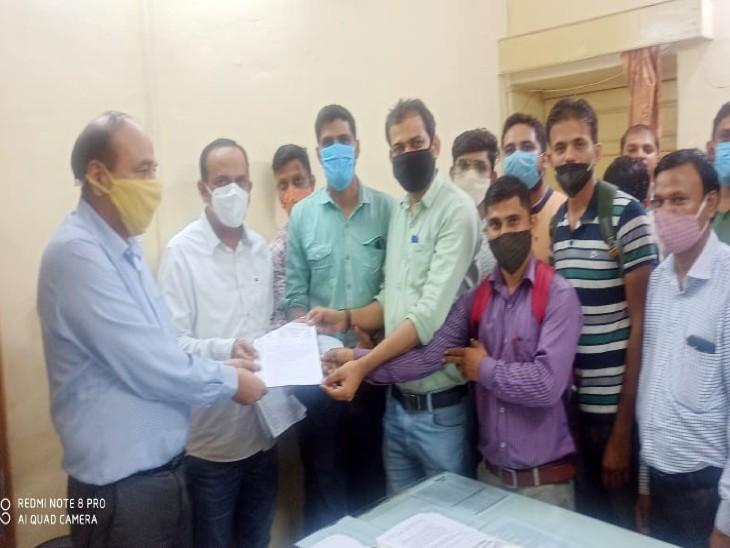रोकने की मांग को लेकर शिक्षक संघ ने डीईओ और सीईओ से की मुलाकात, 283 के परिवर्तन में कई शिक्षकाओं को भेजा 150 किमी दूर|उदयपुर,Udaipur - Dainik Bhaskar