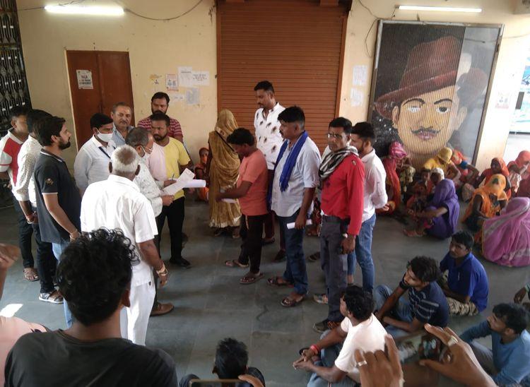 घटना के विरोध में वाल्मीकि समाज के लोगों ने दिया धरना, बुधवार को सफाई कार्य बहिष्कार की दी चेतावनी|पाली,Pali - Dainik Bhaskar