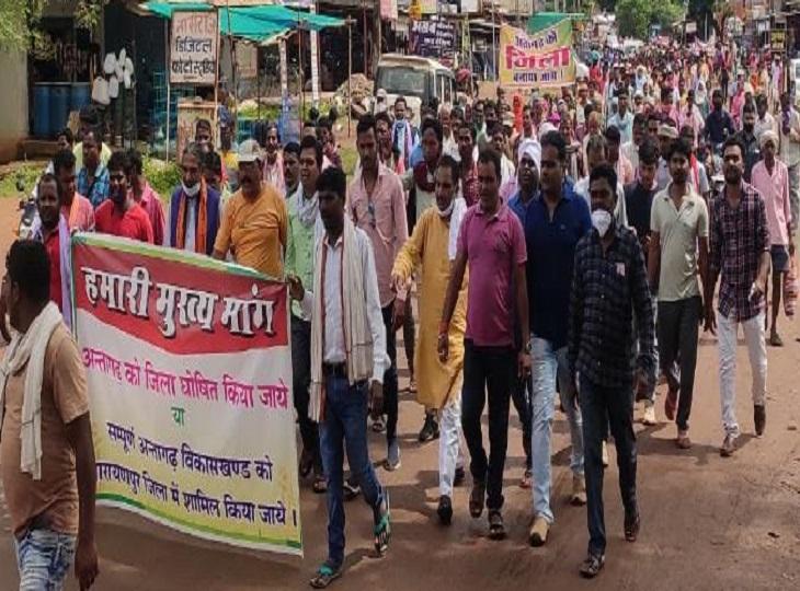 अंतागढ़ को जिला बनाने के लिए 60 से ज्यादा गांव के ग्रामीण 25 दिनों से आंदोलन में डटे हुए हैं।
