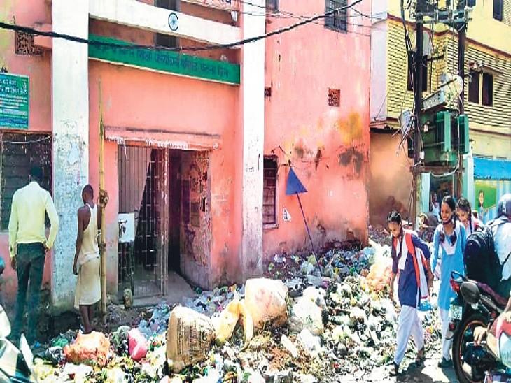 शहर की सड़कों पर कचरे के अंबार ने बढ़ाई लोगों की परेशानी, 12 साल बाद छह दिन से अधिक लंबी हड़ताल, गंदगी व बदबू से जीना मुहाल पटना,Patna - Dainik Bhaskar